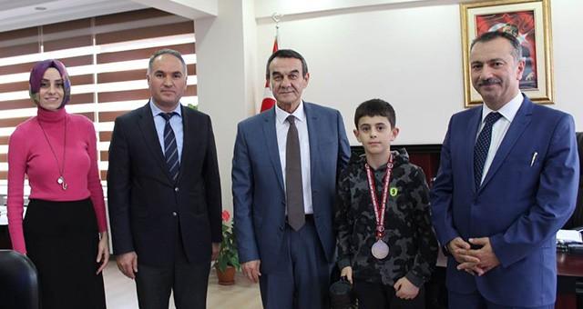 AVRUPA ŞAMPİYONU ÖĞRENCİDEN KAYMAKAM ABBAN'A ZİYARET