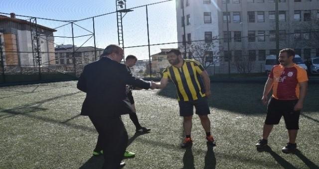 GAZETECİLERLE EMNİYET TURNUVA'DA KARŞI KARŞIYA GELDİ