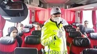 """POLİS EKİPLERİNDEN YOLCULARA UYARI; """"KOLTUKLARDA TEK TEK OTURUN"""""""
